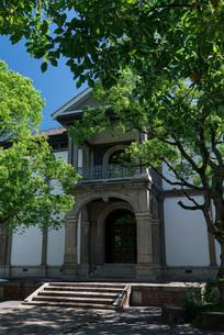 さわやかな青空広がる龍谷大学大宮学舎の写真素材 [FYI03220327]