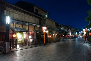 鮮やかな提灯の明かりが灯る祇園の町並みの写真素材 [FYI03220330]