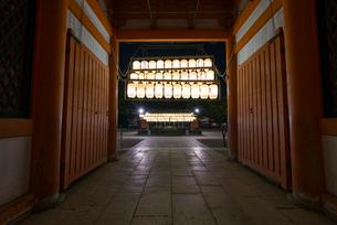 厳かな明かりが灯る八坂神社南楼門から見る舞殿の写真素材 [FYI03220336]