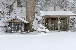 雪の比叡山延暦寺 弁慶水と地蔵堂の写真素材 [FYI03220529]