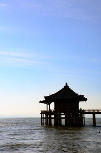 朝日に照らされた浮御堂と琵琶湖(タテ写真)の写真素材 [FYI03220566]