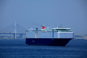 自動車専用船 レインボーブリッジ 東京湾の写真素材 [FYI03221388]