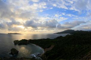 南崎 向島 夕景 母島の写真素材 [FYI03221817]