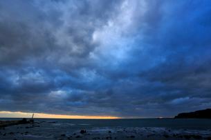 日本海 雲 冬 夕暮れ 灯台 弁天島 大間越街道の写真素材 [FYI03222182]