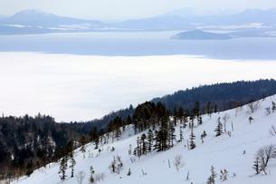 冬の屈斜路湖の写真素材 [FYI03222241]