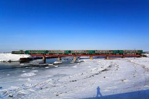 冬の鉄橋とノロッコ号の写真素材 [FYI03222350]