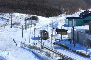 冬の釧網本線の写真素材 [FYI03222359]