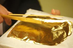 市立安江金箔工芸館の職人技の写真素材 [FYI03222522]