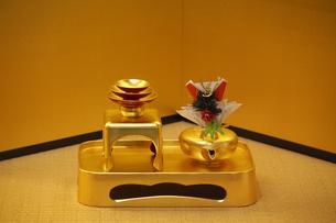 市立安江金箔工芸館の工芸品と金屏風の写真素材 [FYI03222551]