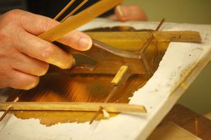 市立安江金箔工芸館の職人技の写真素材 [FYI03222568]