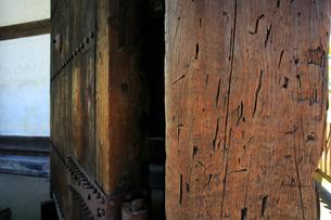 弘前城の東門と刀傷の写真素材 [FYI03222822]