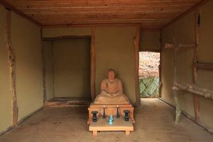 吉野山,奥千本の西行庵と西行法師の写真素材 [FYI03223142]