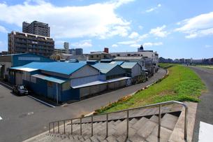 多摩川ゼロメートル地帯の工場の写真素材 [FYI03223213]