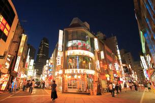 西新宿繁華街の夜景の写真素材 [FYI03223228]