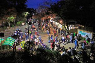 夜の高尾山頂駅と登山客の写真素材 [FYI03223238]