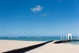 ビーチと桟橋の写真素材 [FYI03223502]