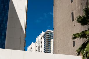 ワイキキの建物と青い空の写真素材 [FYI03223504]