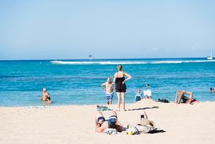 ビーチで日光浴の写真素材 [FYI03223508]