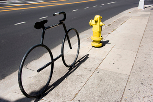 歩道にある自転車のオブジェの写真素材 [FYI03223510]