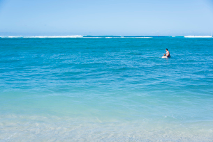 海の中にカップルの写真素材 [FYI03223514]