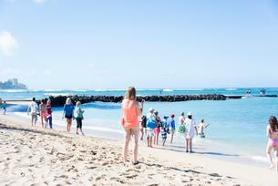 ビーチと群衆の写真素材 [FYI03223518]