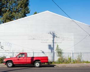 建物と駐車したクルマの写真素材 [FYI03223525]
