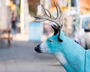 路上に鹿のオブジェの写真素材 [FYI03223526]