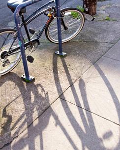 自転車と影の写真素材 [FYI03223546]