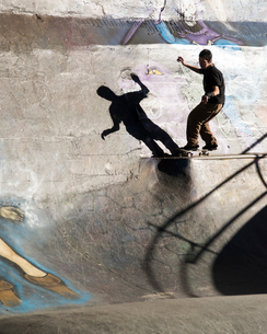 バーンサイドスケートパークのスケーターの写真素材 [FYI03223563]