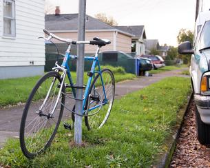 駐輪中の自転車の写真素材 [FYI03223568]