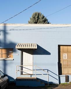 青い建物と青い空の写真素材 [FYI03223580]