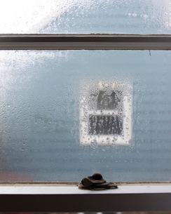 窓に朝露の写真素材 [FYI03223584]