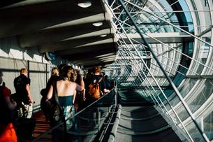 シャルル・ド・ゴール空港の通路の写真素材 [FYI03223823]