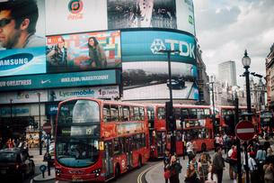 ピカデリーサーカスと二階建てバスの写真素材 [FYI03223837]
