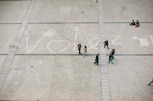 ポンピドゥー・センター前の広場の落書きの写真素材 [FYI03223853]