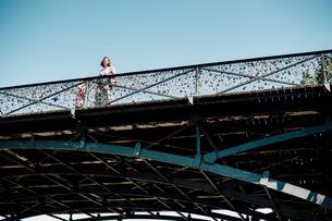 アール橋を見上げるの写真素材 [FYI03223856]