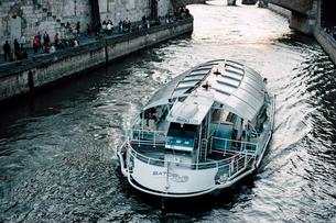 セーヌ川の遊覧船の写真素材 [FYI03223871]