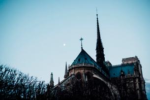 有明の月とノートルダム大聖堂の写真素材 [FYI03223896]