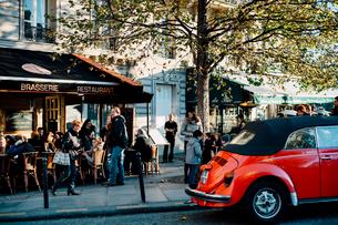夕時のカフェと赤いワーゲンの写真素材 [FYI03223902]
