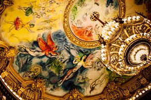 オペラ・ガルニエの天井シャガールの絵の写真素材 [FYI03223932]