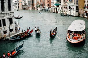 ヴェネツィアの水路を行き交う船の写真素材 [FYI03223940]