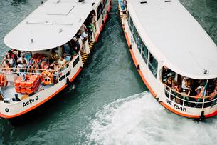 ヴェネツィアの水路を行き交う船の写真素材 [FYI03223941]