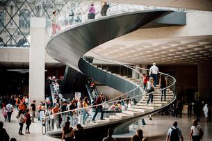 ルーブル美術館 ピラミッド下の螺旋階段の写真素材 [FYI03223973]