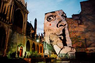 ジェフ・アエロソルの巨大壁画とParoisse Saint Merriの写真素材 [FYI03223994]
