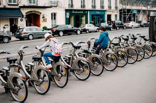 公共自転車Velib'に乗る子供の写真素材 [FYI03223999]