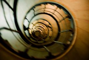 エトワール凱旋門の螺旋階段見上げの写真素材 [FYI03224025]