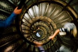エトワール凱旋門の螺旋階段見下げの写真素材 [FYI03224035]