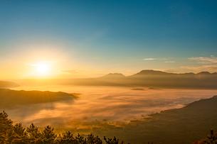 阿蘇の日の出と雲海の写真素材 [FYI03224044]