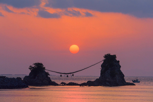 豊後二見ヶ浦の朝日の写真素材 [FYI03224072]