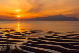 御輿来海岸の夕陽の写真素材 [FYI03224107]